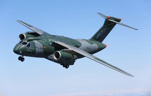Avião militar KC-390 em pleno voo