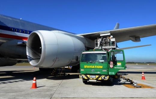 Caminhão-tanque da BR Aviation abastecendo avião no aeroporto
