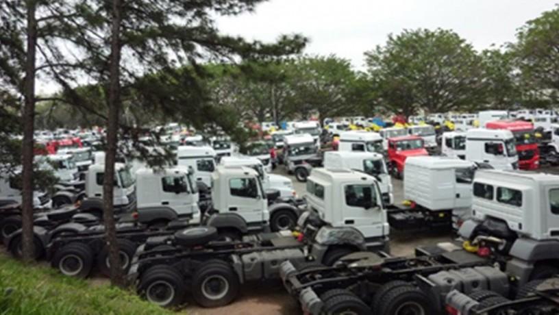 pátio repleto de caminhões