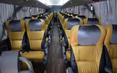 O ônibus tem 44 poltronas em couro ecológico, em padrão executivo, com uma confortável distância entre as fileiras