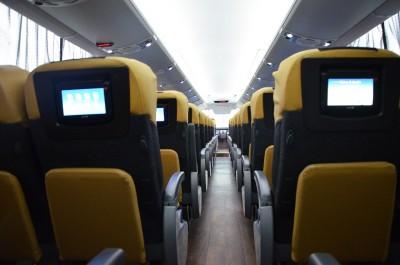 Foram instalados monitores individuais em cada poltrona, com tela interativa