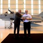 Jackson Schneider, presidente da Embraer Defesa & Segurança, entrega maquete do primeiro AF-1B modernizado ao Comandante da Marinha, Almirante-de-Esquadra Eduardo Bacellar Leal Ferreira