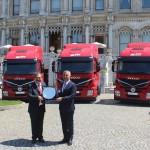 Maurizio Manera (E), executivo da Iveco Turquia e Garip Sahillioglu (D), CEO da Mars Logistic, durante cerimônia de entrega dos veículos Stralis