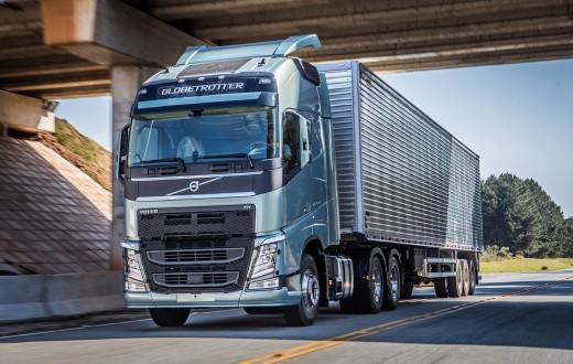 Caminhão Volvo na estrada