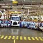 Funcionários da Ford ao lado do caminhão de número 400.000