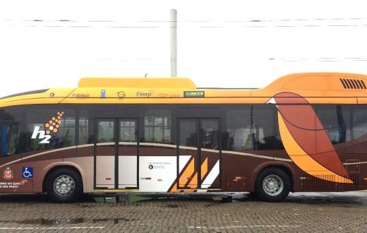 ônibus a hidrogênio com pintura de Sabiá-Laranjeira, com seus tons de marrom,