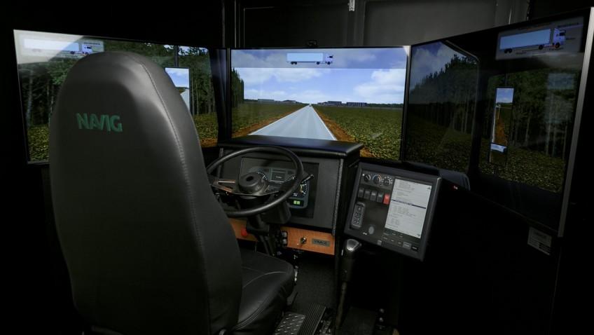Interior de um simulador da Navig para treinamento de motoristas