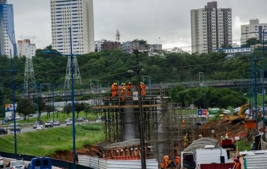 Operários trabalhando em linha do metrô
