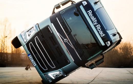 Caminhão F da Volvo fazendo acrobacia em duas rodas, em pista de testes na Alemanha